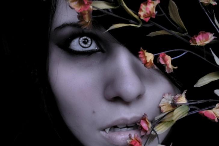 vampire-nathalia-hunter-eyes-fangs-girl-nathalia-hunter-vampire-485x728